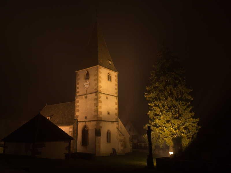 Eglise protestante de Weiterswiller et le brouillard