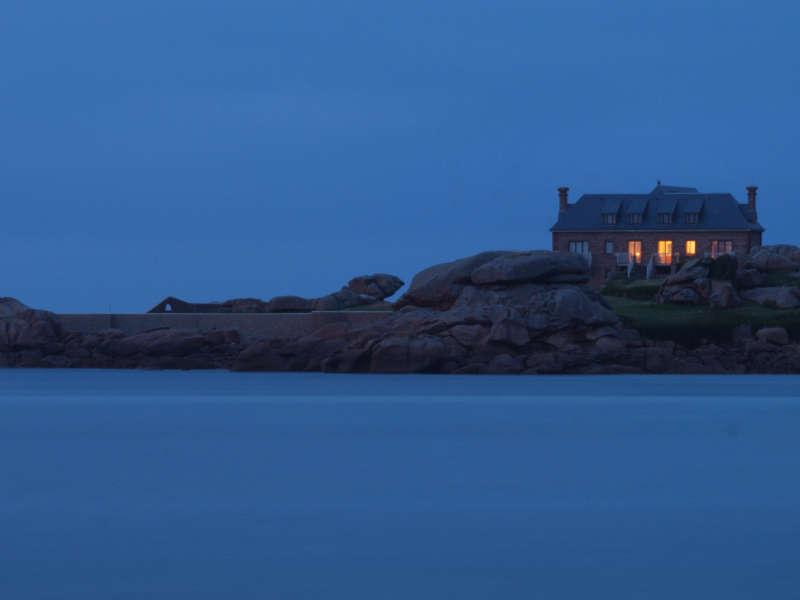 La maison du bord de mer à la fin de l'heure bleue