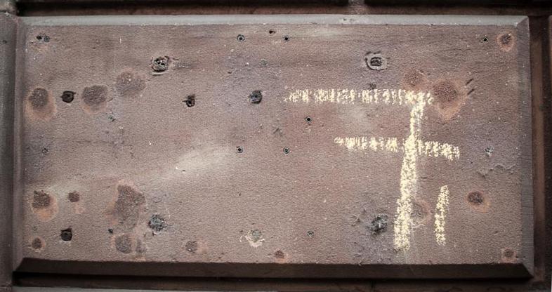 7 écrit à la craie sur une carré de grés rose