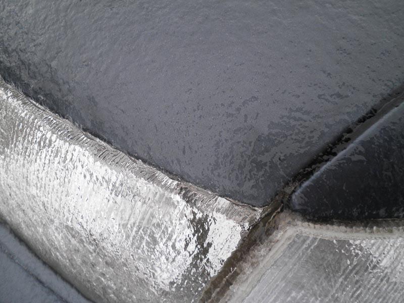La glace sur le capot de la voiture
