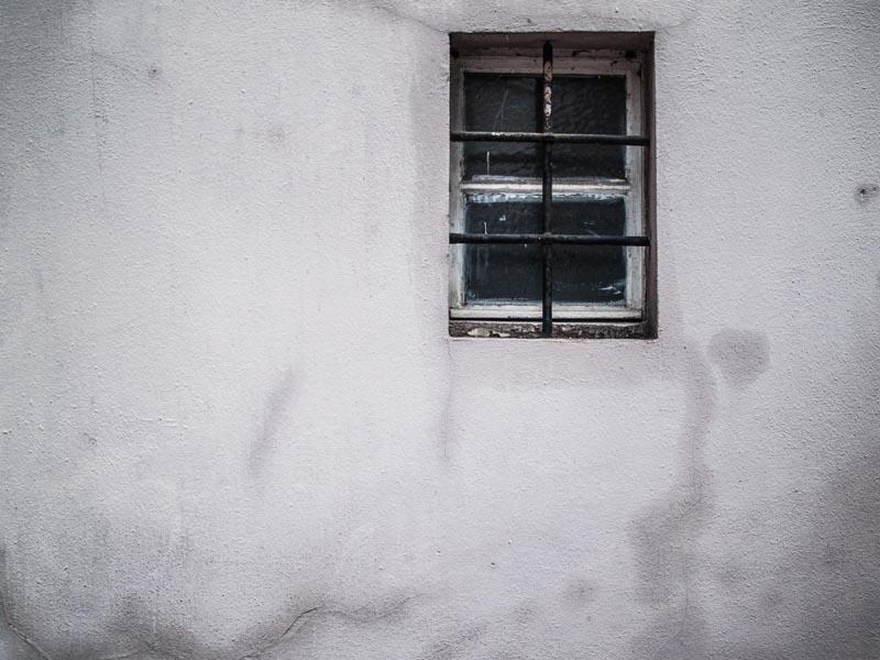 Une seule fenetre sur la façade