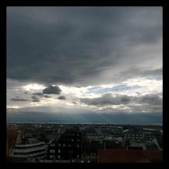 [Instagram] Le ciel est chargé #strasbourg. Le soleil perce les nuages.