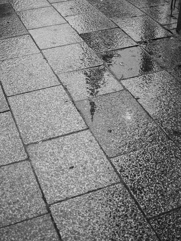 La pointe de la Cathédrale en reflet sur le sol mouillé