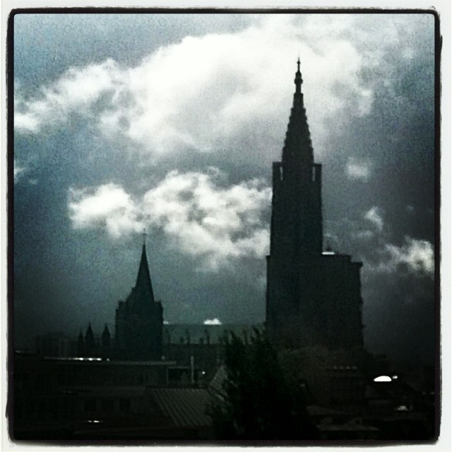 [Instagram] La cathédrale à contre-jour et rehaussée d'un nuage blanc. #strasbourg