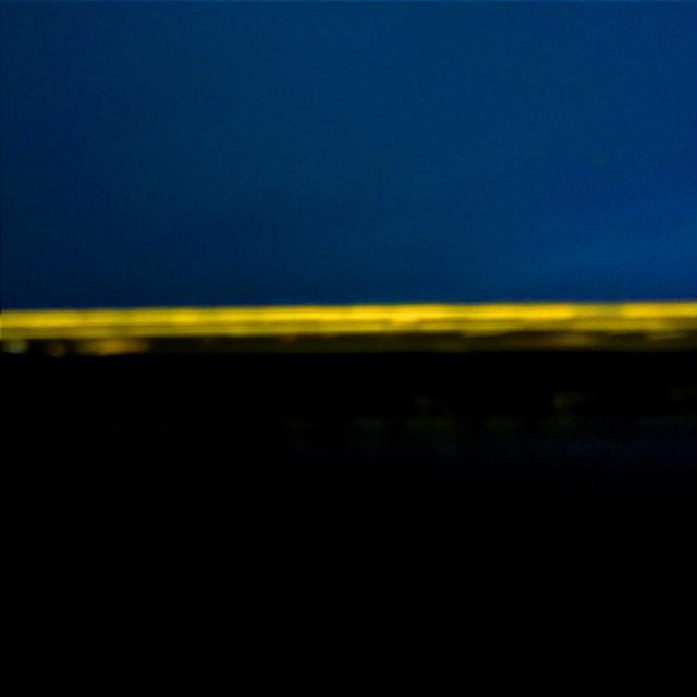 [Instagram] Art abstrait: De nuit, une  rue au loin depuis le train.