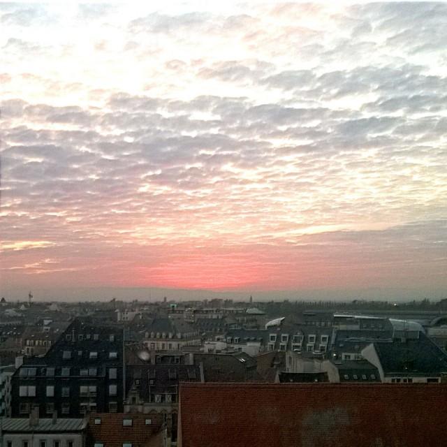 [Instagram] Couché de soleil sur Strasbourg. Pas très halloween, désolé. Le décorateur sera remercié.