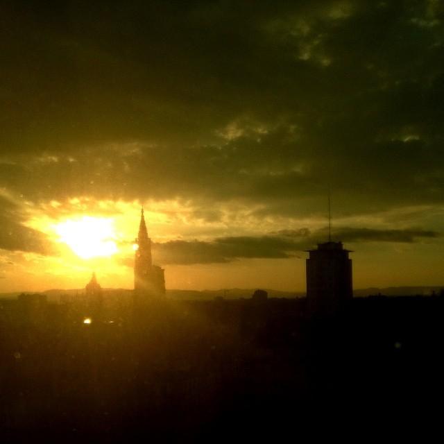 [Instagram] Levé de soleil orange sur la cathédrale de grès rose.