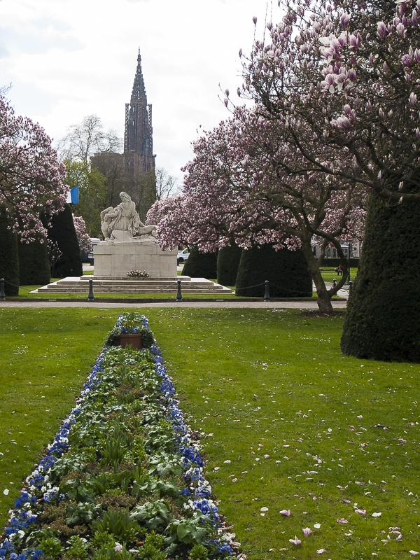 Autre vue vers Notre Dame soutenu par un parterre de fleurs