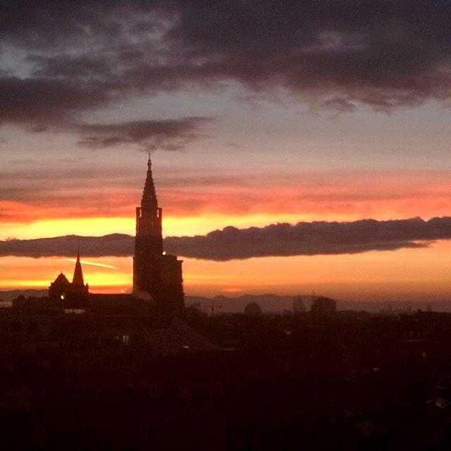 [Instagram] C'est un classique mais c'est beau, levé de soleil sur la cathédrale millénaire.