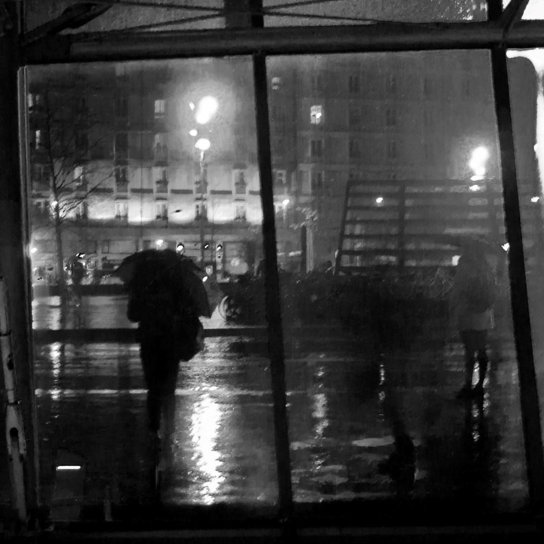Attendre le bus sous la pluie