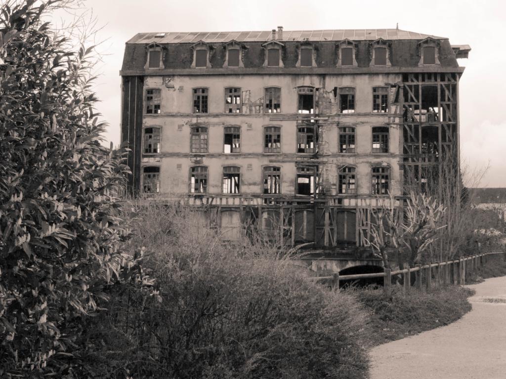 Une vue d'ensemble du vieux moulin de Bar-Sur-Seine