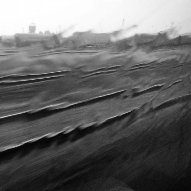 [Instagram] Art abstrait : Rails et grosse pluie par la fenetre