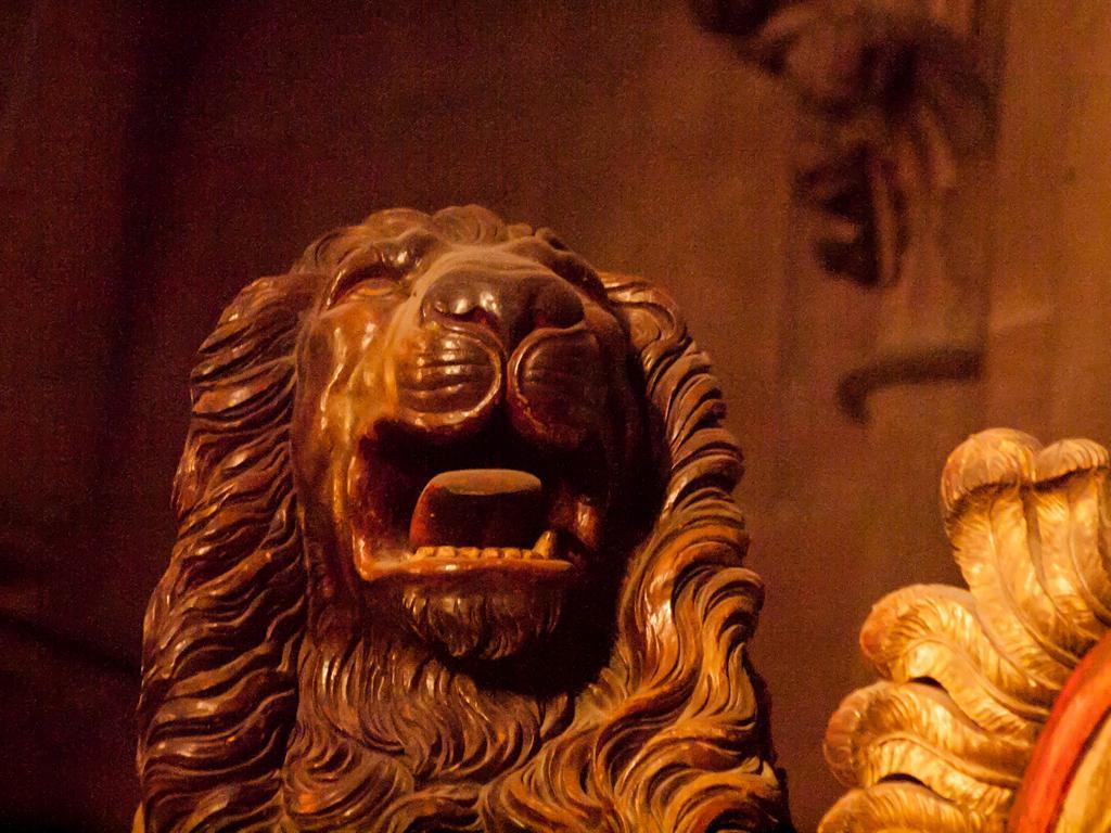 Cathédrale de Strasbourg au 300mm - Une statue canine