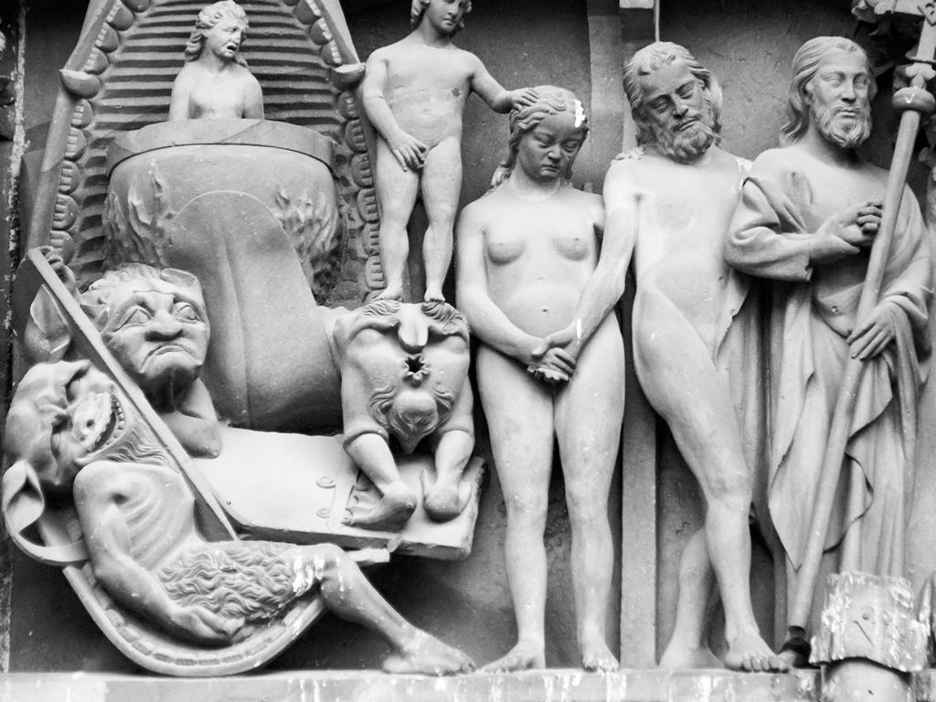 """Cathedrale de Strasbourg au 300mm - une scene de nue (Adam et Eve) avec  """"Gamil Blosarsch"""" le prêtre pédophile au dessus de la porte principale"""
