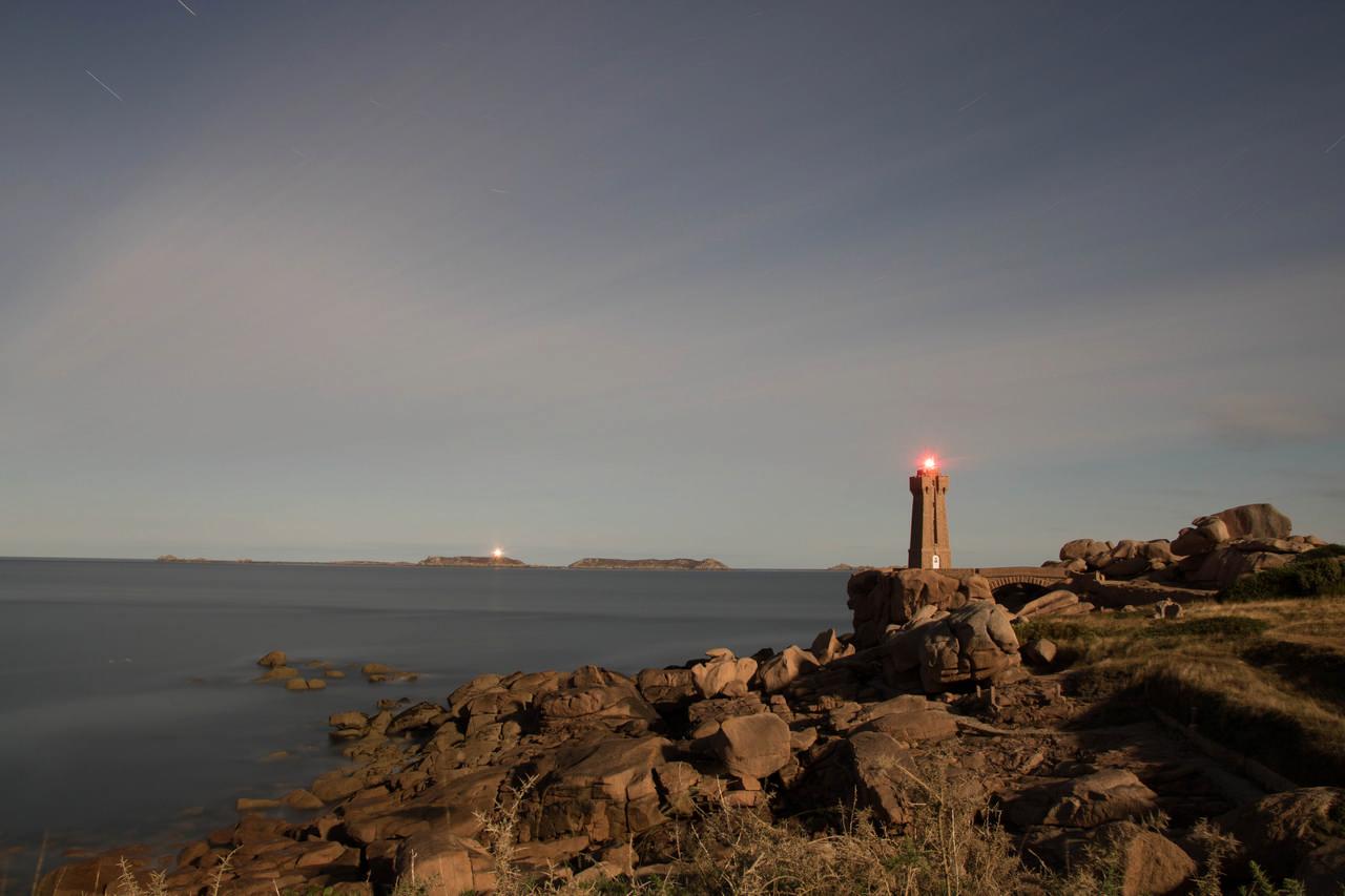 Le phare de Mean Ruz depuis le sentier des douaniers éclairé par la pleine lune